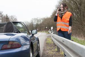 Kfz.-Gutachter empfehlen: Bei einer Autopanne mit Warnweste hinter der Leitplanke in Sicherheit bleiben